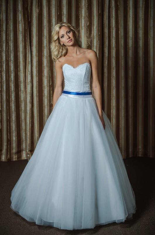 Нежное свадебное платье А силуэта с синим поясом.