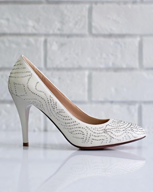 Изысканные свадебные туфли на каблуке.