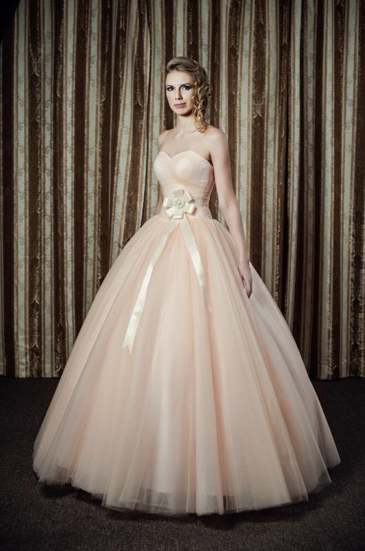 Пышное цветное свадебное платье.