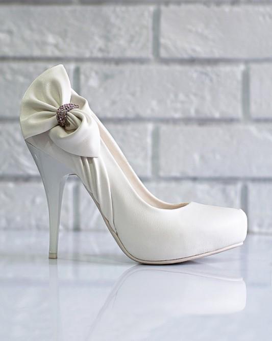 Шикарные свадебные туфли на высоком каблуке.