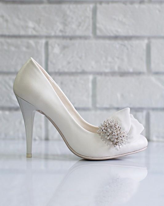 Элегантные свадебные туфли на высоком каблуке.