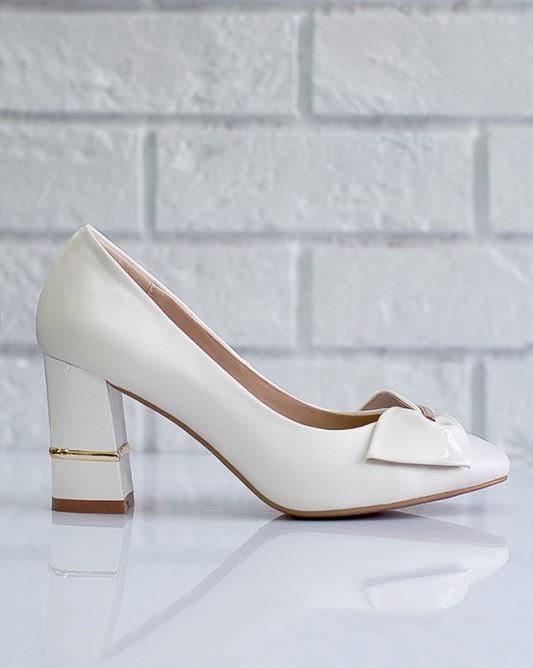 Винтажные свадебные туфли на каблуке.