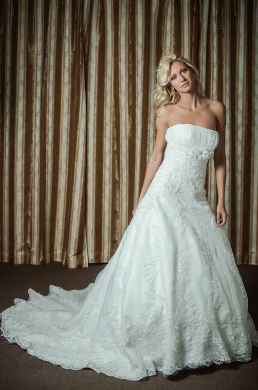 Прекрасное свадебное платье А силуэта с длинным шлейфом.