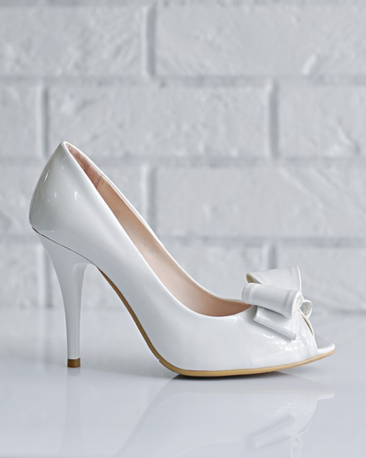 Изящные свадебные туфли на высоком каблуке.