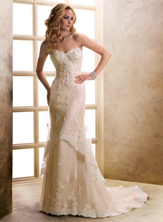 Элегантное свадебное платье А силуэта с длинным шлейфом.