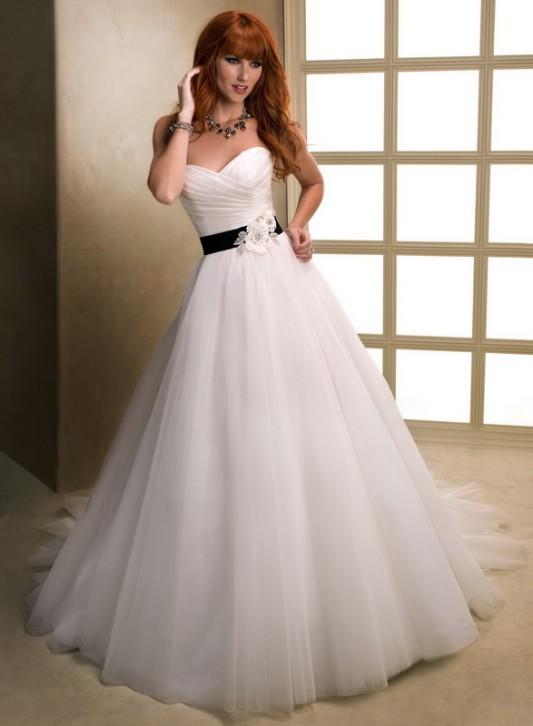 Великолепное свадебное платье А силуэта с длинным шлейфом.