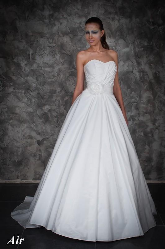 Элегантное свадебное платье А силуэта с цветами.