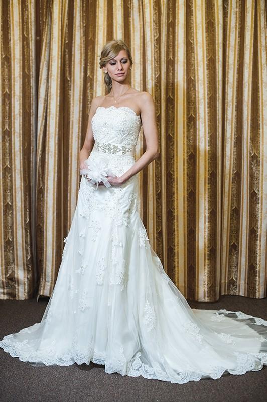 Изящное свадебное платье А силуэта с длинным шлейфом.