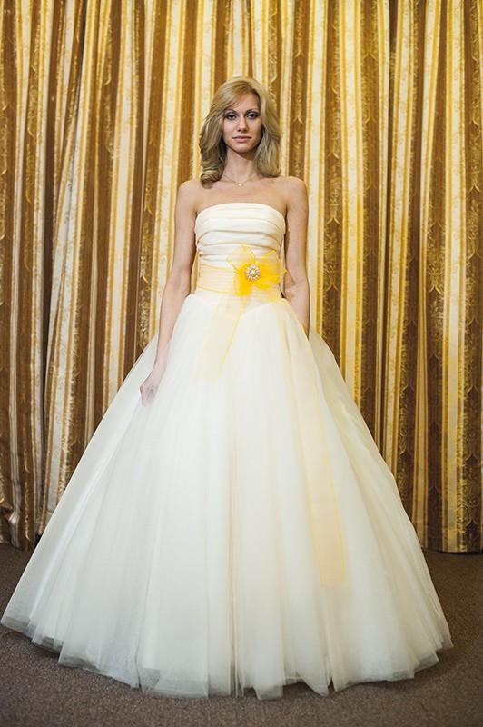 Замечательное свадебное платье А силуэта с поясом.