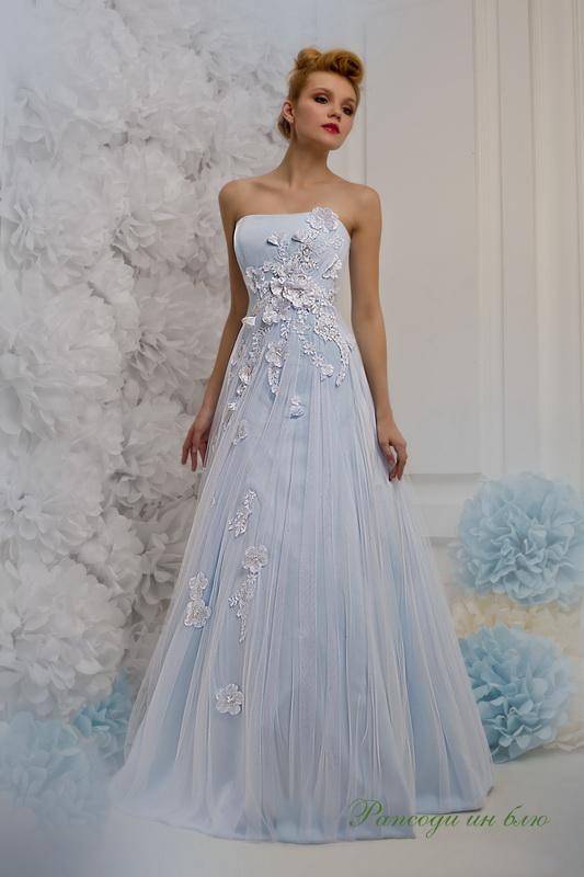 Изящное голубое свадебное платье А силуэта с цветами.