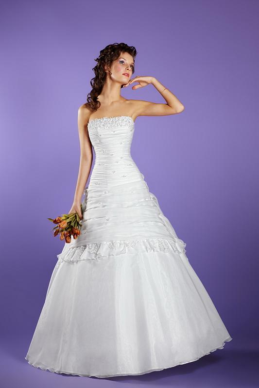 Изысканное свадебное платье А силуэта, расшитое бисером.