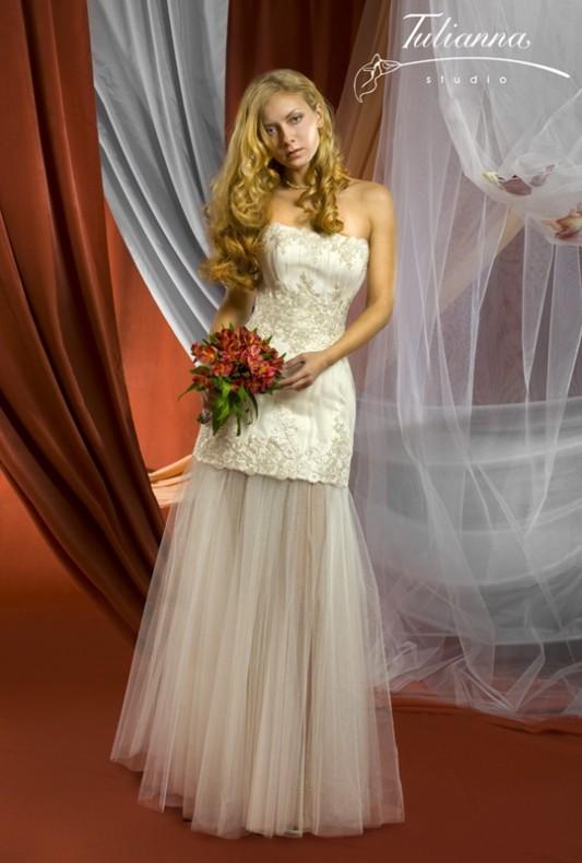 Элегантное свадебное платье трансформер, расшитое узорами.