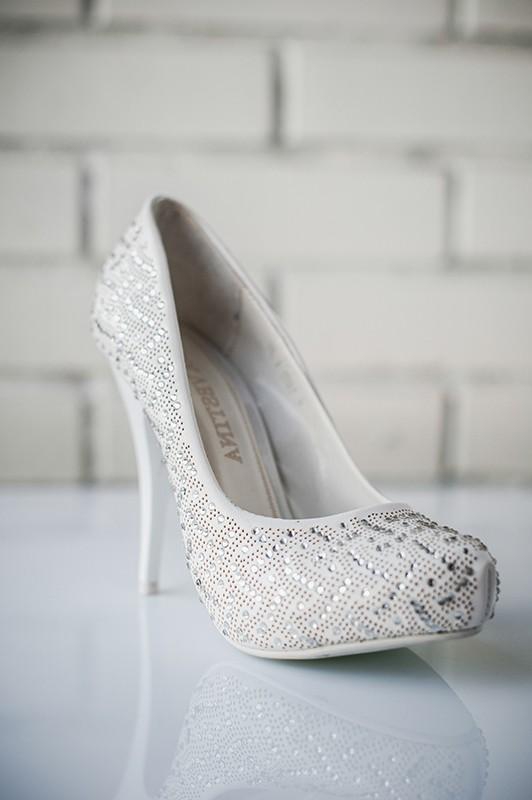 Великолепные свадебные туфли на высоком каблуке.