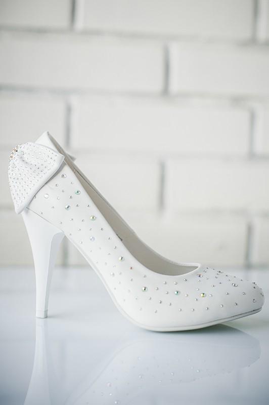 Изысканно изящные свадебные туфли на высоком каблуке.