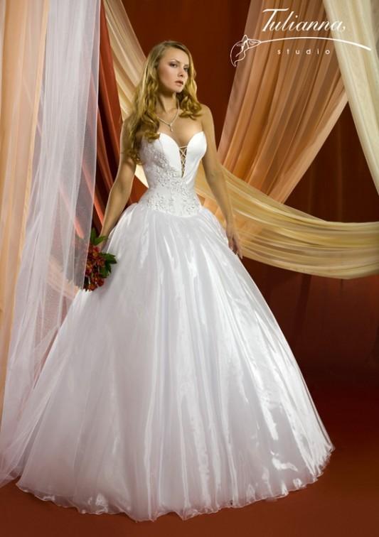 Пышное свадебное платье, расшитое узорами.