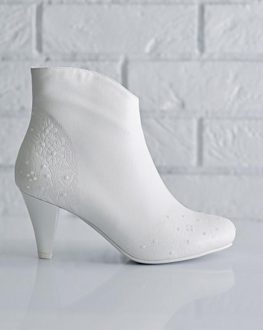 Элегантные свадебные сапожки на низком каблуке.