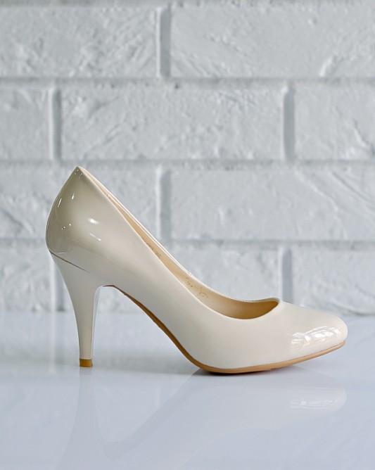 Эффектныесвадебные туфли на высоком каблуке.