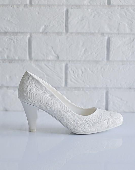 Чудесные свадебные туфли на низком каблуке.