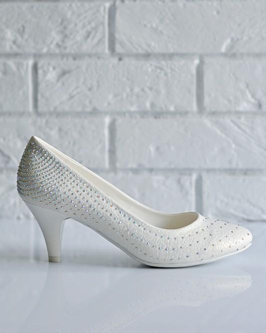 Великолепные свадебные туфли на низком каблуке.