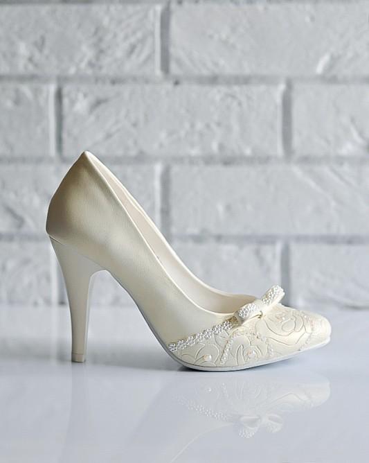 Изысканные свадебные туфли на высоком каблуке.