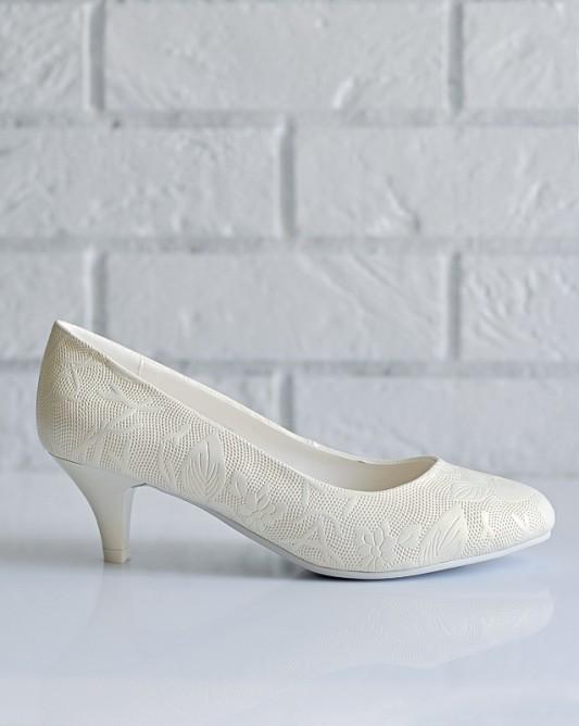 Прелестные свадебные туфли на низком каблуке.
