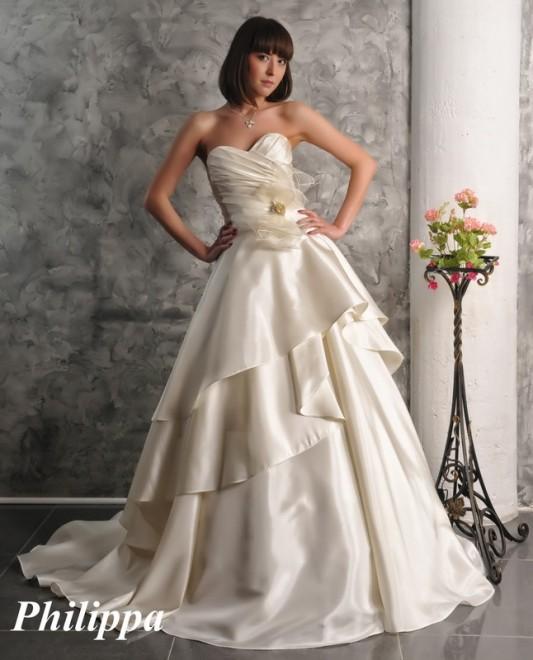 Превосходное свадебное платье А силуэта с цветами.