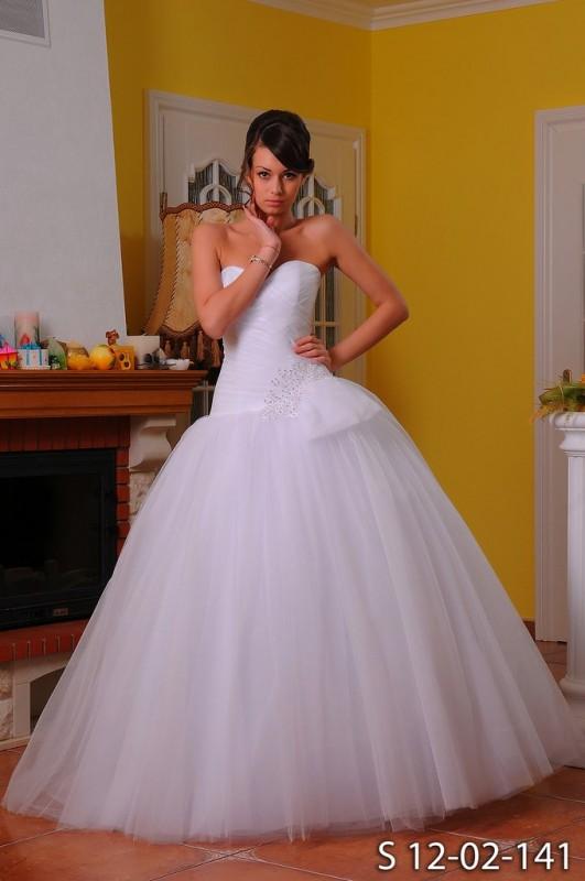 Пышное свадебное платье со стразами.