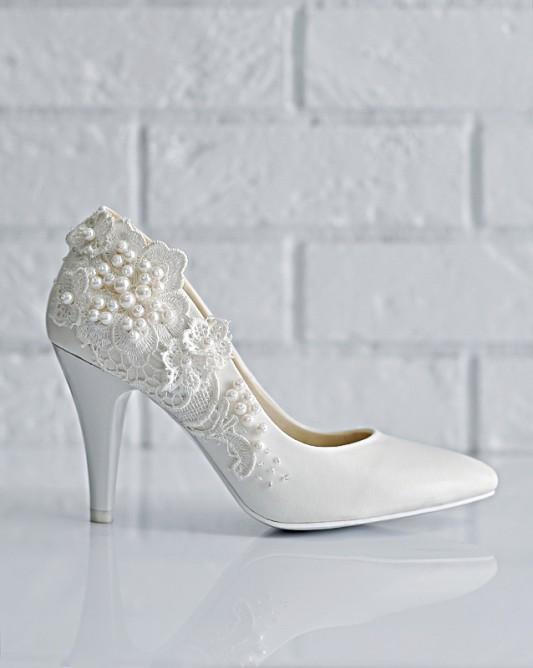 Прекрасные свадебные туфли на каблуке.