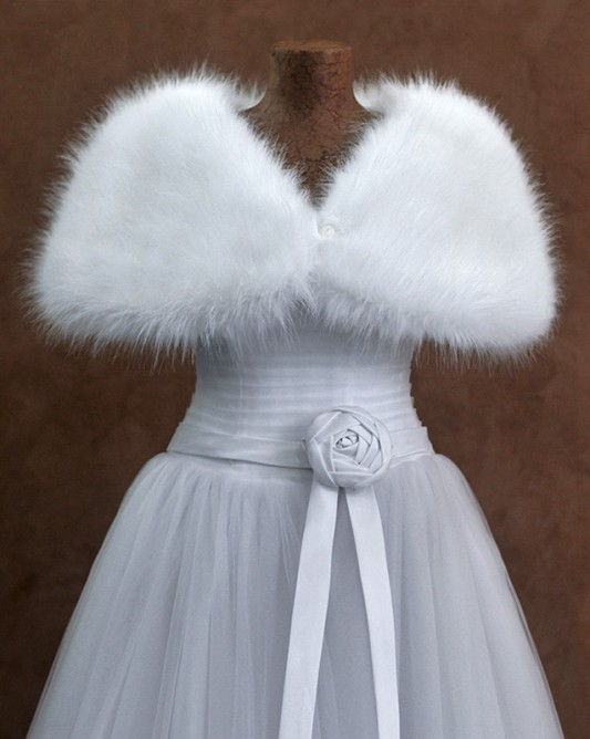 Роскошная свадебная накидка с коротким рукавом.