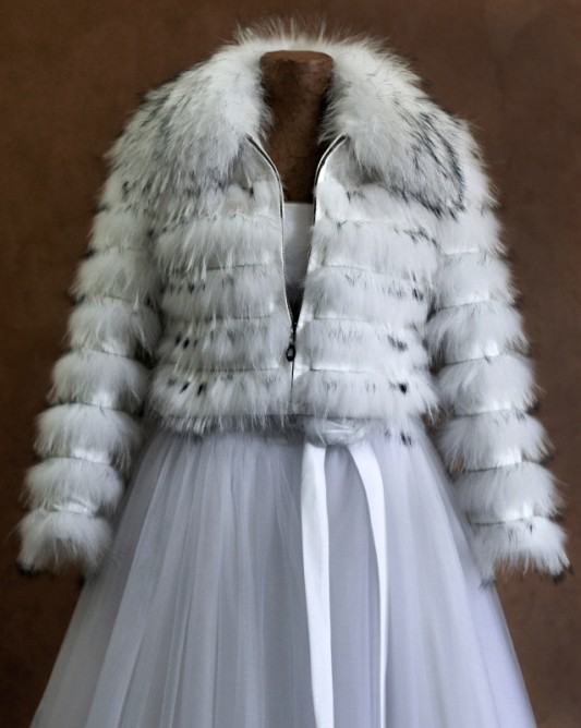 Очаровательная свадебная шубкас длинным рукавом.