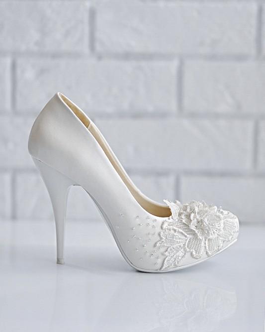 Очень красивые свадебные туфли на высоком каблуке.