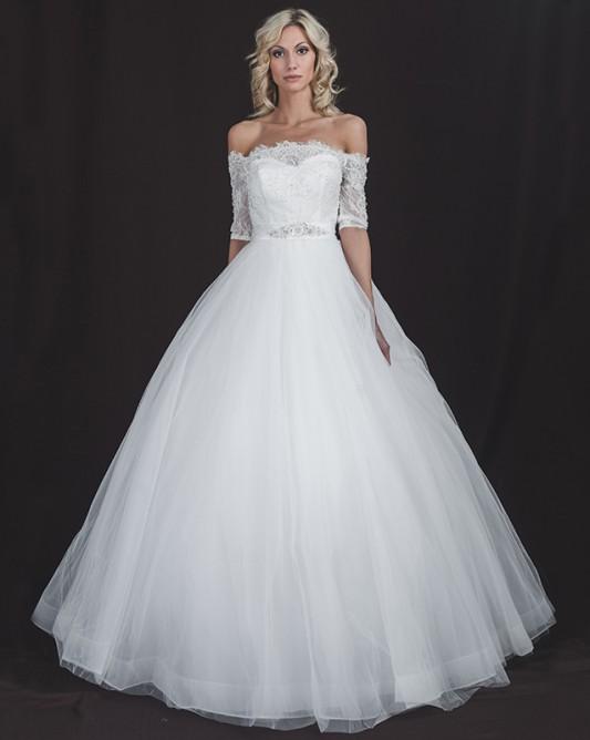 Прекрасное свадебное платье А силуэта с рукавом три четверти.
