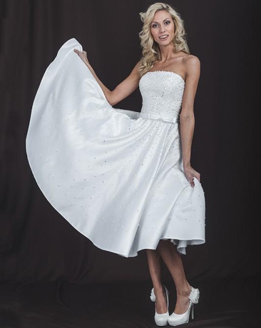 Короткое свадебное платье, расшитое бисером.