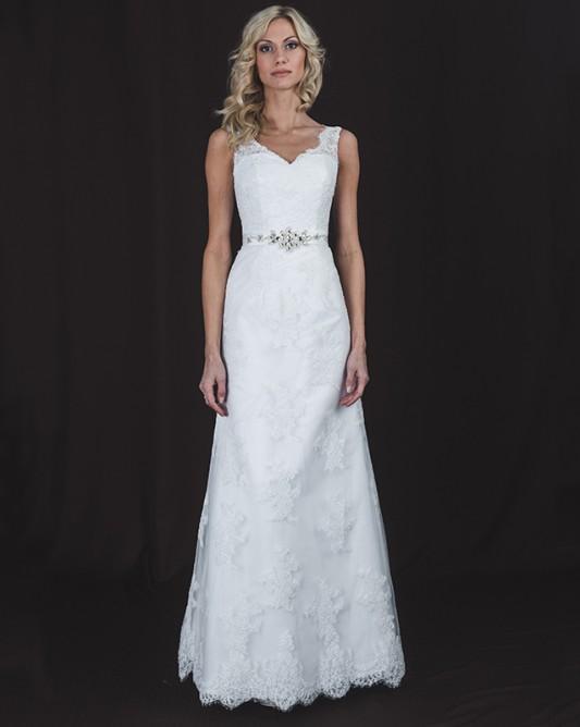 Прямое свадебное платье, расшитое узорами.