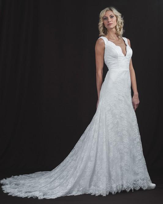 Прямое свадебное платье с длинным шлейфом.