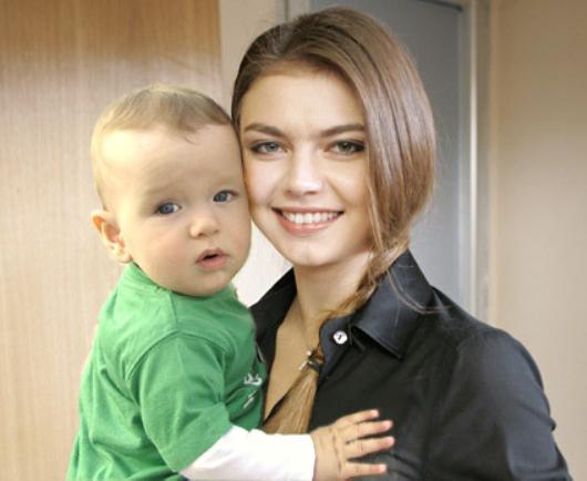на руках кабаевой фото с ребёнком