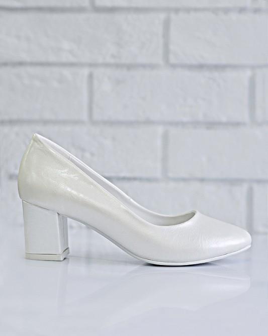 Изящные свадебные туфли на каблуке.