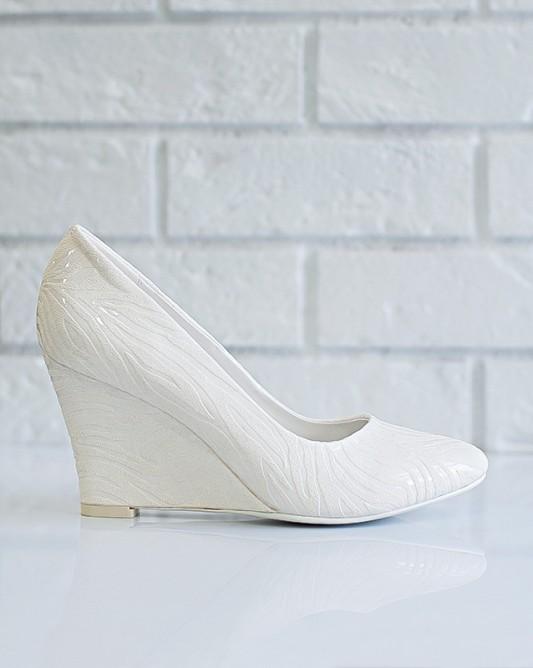 Очаровательные свадебные туфли на танкетке.