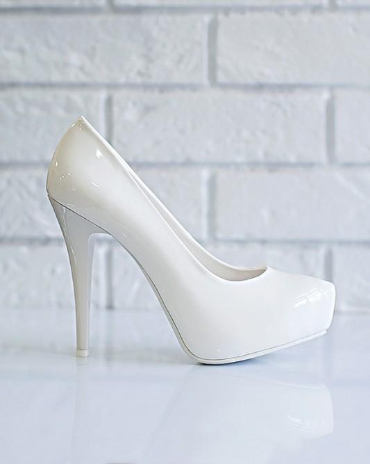 Свадебные туфли на высоком каблуке со скрытой платформой из лакированной экокожи.