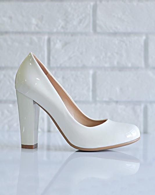 Винтажные свадебные туфли на высоком каблуке.