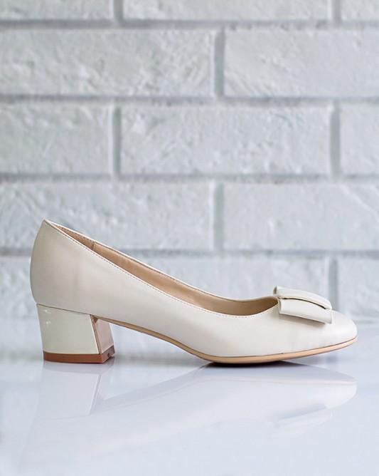 Винтажные свадебные туфли на низком каблуке.
