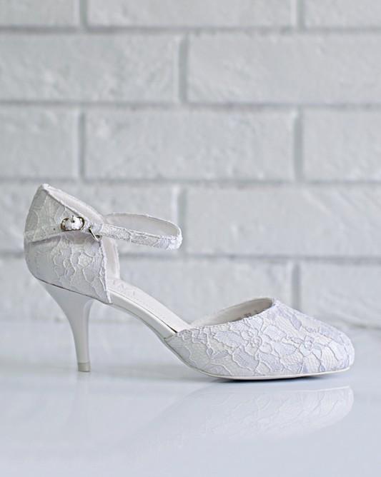 Легкие свадебные босоножкина низком каблуке.