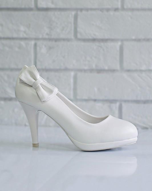 Элегантные свадебные туфли на каблуке.