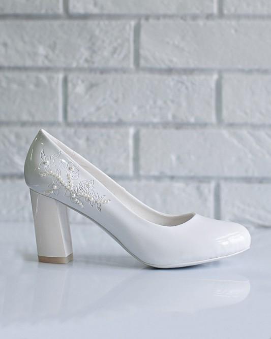 Винтажныесвадебные туфли на низком каблуке.