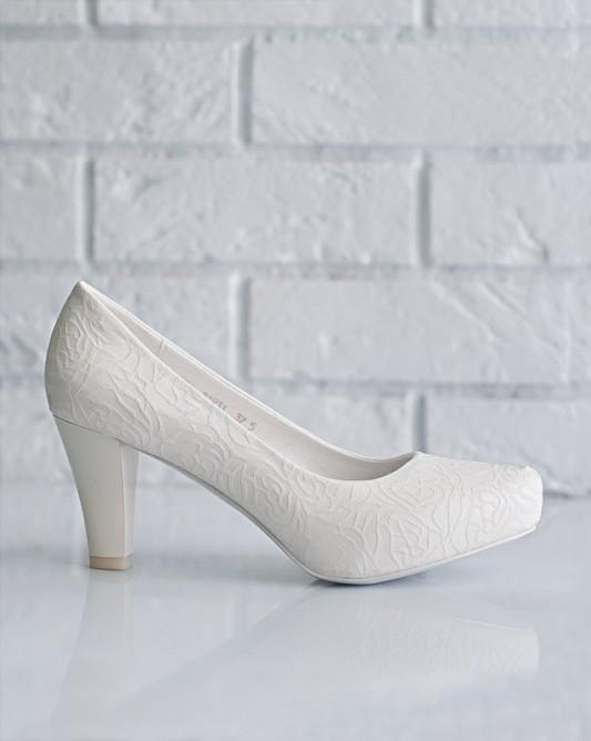 Очаровательныесвадебные туфли на каблуке.