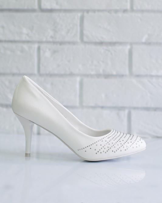 Классические элегантныесвадебные туфли на каблуке.