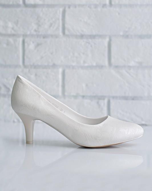 Великолепныесвадебные туфли на низком каблуке.
