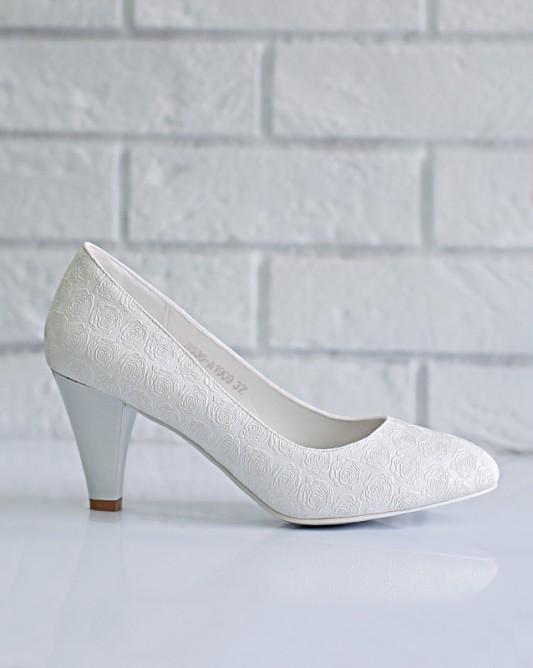 Изящные свадебные туфли на низком каблуке.