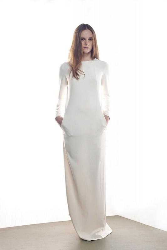 Стильное прямое свадебное платье.