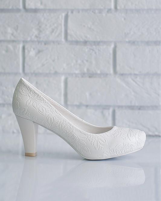 Прекрасныесвадебные туфли на низком каблуке.